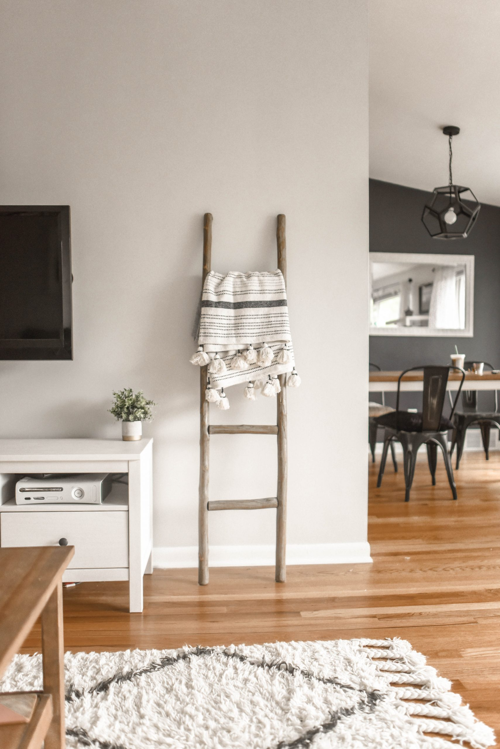 gray-wooden-ladder-on-white-painted-wall-1125136